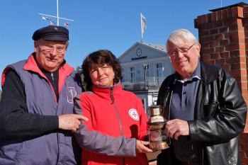 Thekla Riemer vom Infozentrum der DGzRS freut sich über die Unterstützung der Warnemünder Leuchtturmmänner, in Vertretung Atze Marnau (li.) und Gerhard Lau.