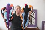 Helga Borisch liebt Stoffe. Ihre marionettenhaften Flachfiguren stehen untere dem Einfluss von Picasso.