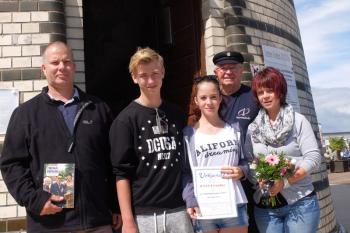 Thomas, Johannes, Laura und Ute Schulze aus Putzkau sind die 30.000. Besteiger des Warnemünder Leuchtturms in diesem Jahr.
