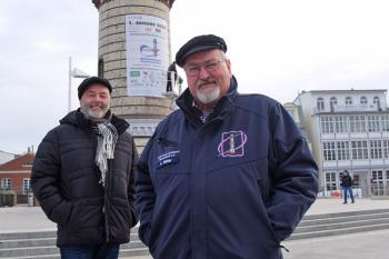 Es sind nur noch 17 Tage bis in Warnemünde Europas größte Neujahrsinszenierung gefeiert wird. Mit Befestigung der Werbeplane am Leuchtturm wurde die heiße Vorbereitungsphase eingeläutet.  Torsten Sitte (l.) und Klaus Möller gehen am Veranstaltungstag von optimalen Bedingungen aus.