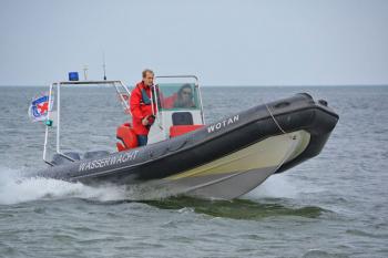 Wasserwachtleiter Lars Hennig und Koordinator Manuel Brumme auf Rettungsboot Wotan.