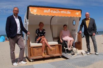 Probe sitzen im barrierefreien Strandkorb: Matthias Fromm, Birgit Hesse, Sylvie Tauber und Matthias Treichel (v.l.)