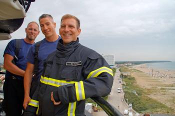 Die Feuerwehrmänner Sebastian Hahn, Christian Maciej und Marco Wolter (v.l.) machen sich ein Bild von den besonderen Gegebenheiten auf dem Warnemünder Leuchtturm. So viel steht fest: Es ist sehr eng.