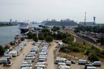 """Die Tourismuszentrale spricht beim Parkplatz Mittelmole von einem """"nicht als Caravan-Stellplatz gewidmeten Parkplatz"""". Die Realität sieht anders aus."""