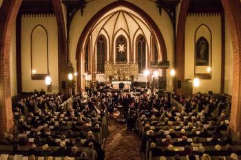 Festliches Ambiente beim Adventskonzert mit dem Marinemusikkorps Kiel in der evangelischen Kirche Warnemünde