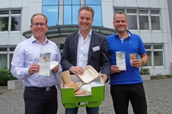 Neben Umweltsenator Holger Matthäus (mitte) nahmen an dem heutigen Seminar im IOW auch Ulf Riedel, Bereichsleiter Zentrale Steuerung in der Tourismuszentrale, Ulf Riedel (l.), und der Umweltbeauftragte Oliver Sohns teil. In der grünen Öko-Box finden sich zahlreiche Alternativen zu Plastikgeschirr.