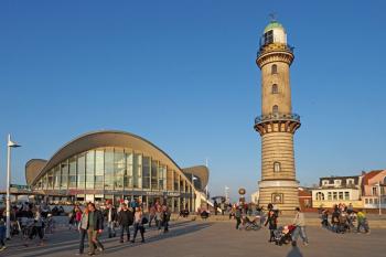 Neben dem historischen Leuchtturm prägt der Teepott mit seiner beeindruckenden Hyparschalen-Dachkonstruktion die Silhouette von Warnemünde.