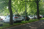 So wie hier in der Parkstraße stellte es sich am Pfingstwochenende in ganz Warnemünde dar. Jede noch so kleine Lücke wurde einfach zugeparkt.