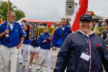 """Der """"Niege Umgang"""" wird alljährlich durch den Warnemünde Verein organisiert. Unser Foto zeigt die Büroleiterin Inge Regenthal. Im vergangenen Jahr regnete es Bindfäden und trotzdem waren Teilnehmer wie Besucher begeistert."""