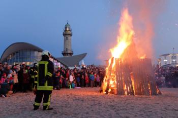 Das Osterfeuer am Strand ist der Höhepunkt der Oster-Feierlichkeiten in Warnemünde.
