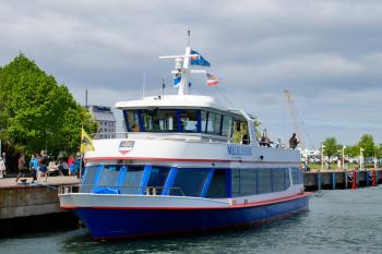 Mittwochs ist Museumstag. Mit den Fahrgastschiffen der Blauen Flotte kann man sich ab sofort an jedem Mittwoch von Warnemünde oder Rostock aus zum Traditionsschiff schippern lassen.