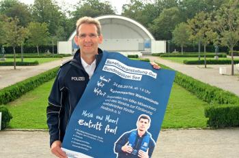 Frank Lüttjohann ist Sprecher der Bundespolizeiinspektion See Warnemünde und freut sich am Sonnabend auf viele Besucher im Kurhausgarten.