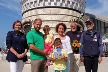 Schatzmeisterin Inge Morenz (l.), Vereinschef Klaus Möller (2.v.r.) und der diensthabende Leuchtturmmann Jürgen Niemüller (r.) begrüßten heute Mandy Müller aus Thüringen als 30.000. Besucherin des Jahres. Gemeinsam mit der Familie unternahm sie einen Tagesausflug nach Warnemünde.