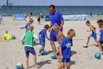 Gemeinsam mit den Rostocker Robben, Deutscher Beachsoccer Meister 2015, die Grundzüge des Strandfußballs erlernen.