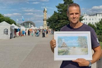 Marinemaler Mario Hennings wird mit seinen Bildern auf dem Kunsthandwerkermarkt am Leuchtturm vertreten sein.