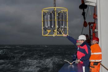 Ostseeforschung per Schiff ist ein wichtiges, wenn auch nicht selten ein raues Geschäft - hier zu sehen beim Einsatz von IOW-Direktor Ulrich Bathmann auf einer Winter-Expedition der