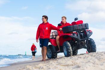 Justus Hamm (links) und Paul Wendler sind auch in dieser Saison wieder als ehrenamtliche Rettungsschwimmer im Einsatz.