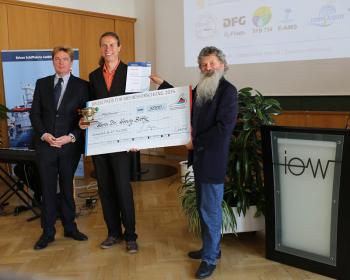 Verleihung des BRIESE-Preises für Meeresforschung 2015 am IOW (v. links): Klaus Küper, Leiter der Abteilung Forschungsschifffahrt der Reederei Briese, Preisträger Henry Bittig, IOW-Direktor Ulrich Bathmann