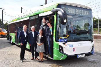 Bau- und Umweltsenator Holger Matthäus, RSAG-Vorstand Jan Bleis, RSAG-Aufsichtsratsvorsitzende Sabine Krüger, Oberbürgermeister Claus Ruhe Madsen und RSAG-Vorstand Yvette Hartmann (v.l.n.r.) schickten die ersten beiden Elektrobusse auf die Reise.