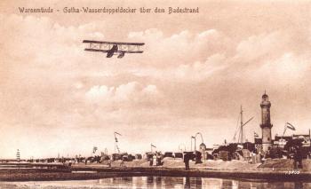 Ein Gotha-Doppeldecker über dem Warnemünder Badestrand
