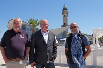 """Auch Warnemünde setzt bei der Night of Light ein Zeichen an die Politik. """"Es geht um unsere maritime Kultur"""", betonen Klaus Möller, Matthias Treichel und Torsten Sitte (v.l.)."""