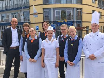 Hoteldirektor Dietmar Karl (ganz links) begrüßt die Neuen: Natalia Svyrydenko, Anita Christin Eckardt, Antonela Keivanai, Katja Kluwe, Yasmin Melhorn, Nicole Kluwe, Ruben Boldt (v.l.)