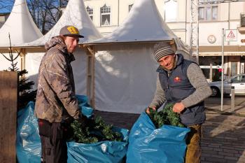 Aufräumen auf dem Kirchenplatz: Gastronom Matthias Hirsch (r.) und Mitarbeiter Marcel Delfs verstauen die Weihnachtsdekoration.
