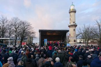 Etwa 1.000 Besucher versammelten sich heute Nachmittag in Warnemünde zum 19. Adventssingen.