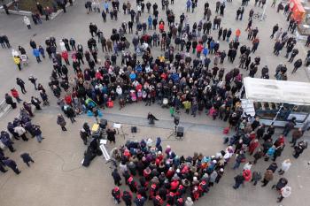 Hunderte große und kleine Zuschauer versammelten sich gestern Nachmittag zum Warnemünder Adventssingen vor dem Leuchtturm.