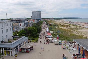 Fast so, als wenn nichts wäre: Budenmeile auf der Warnemünder Strandpromenade.