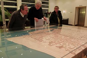 Skeptisch begutachten die Besucher des gestrigen Bürgerforums die neuen Pläne zur Mittelmolen-Bebauung.