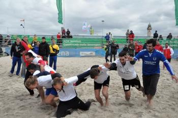 Im Siegestaumel: das Siegerteam der 25. Beachhandball-Tage Die Glorreichen Neun vom SV Warnemünde