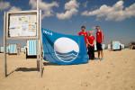 Die DRK-Rettungschwimmer Julian Berndt, Nele Salow und Arian Baume (v.l.) sind am Rettungsturm 3 in Warnemünde für die Sicherheit am Strand zuständig.