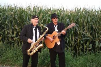 Sven Bükow (l.) und Wolf Wiedemann spielen den Blues vom Niederrhein. Sie haben ja sonst nichts im Leben.