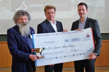 Der mit 5.000 Euro dotierte Briese-Preis für Meeresforschung 2017 wurde heute am IOW an den Biogeochemiker Dr. Soeren Ahmerkamp (r.) verliehen. Kapitän Klaus Küper (m.) von der Briese-Reederei, rechts IOW-Direktor Ulrich Bathmann.