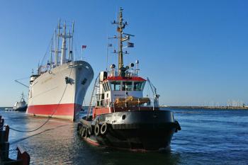 """Mit Unterstützung von drei Schleppern machte gestern Abend die """"Cap San Diego"""" in Warnemünde fest."""