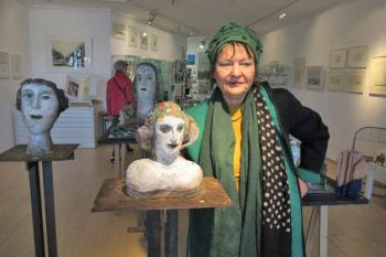 Die Künstlerin Christina Renker ist für ihre charakteristischen Keramikköpfe bekannt.