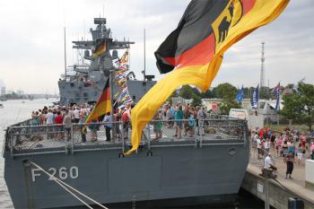 Traditionell eine gute Partnerschaft - Deutsche Marine auf der 27. Hanse Sail
