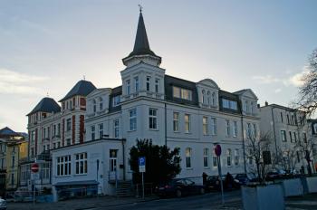Der Warnemünder Ortsbeirat lehnte den Bauantrag für ein Hotel in der Kurhausstraße 1 ab. Grund sind die fehlenden Stellplätze.