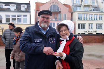 Wenn Klaus Möller zu Ostern den Leuchtturm eröffnet, hat Mariken selbstverständlich Ostereier dabei.