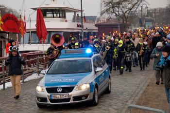 Die Fackelwanderung wird angeführt durch die Polizei und führt entlang des Alten Stroms zum Osterfeuer am Strand.