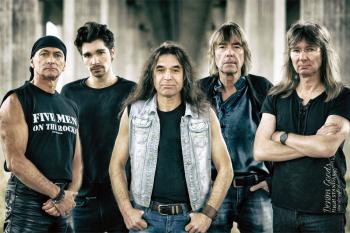 Five men on the rocks starten den  Rock'n Roll Zug zum Höllen-Glocken-Geläut durch das Donnerwetter der Zeit.