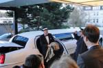 Ankunft des täuschend echten Frank Sinatra vor dem Warnemünder Hotel Neptun: Zur Begrüßung eilen Portalportier Peter Storm und Hoteldirektor Guido Zöllick. Foto: Silke Greven