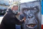 Diese Graffitisprüherei ist gewünscht und erlaubt: Sprayer Christian Hölzer in Warnemünde bei der Arbeit.