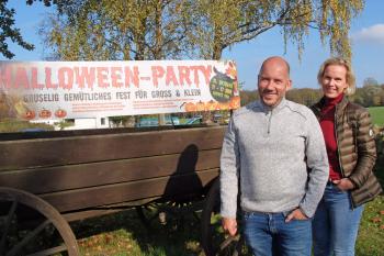 Freuen sich auf ihre vierte Halloween-Familienparty: Alexander Soyk und Katrin Paap vom Hotel Ostseeland in Diedrichshagen.