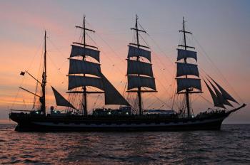 Die Hanse Sail-Sky Night bietet den perfekten Blick auf das Geschehen.