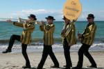 """""""The Marching Saints"""", eine Jazzband aus Rostock, spielen Dixieland und Swing während eines Abendtörns zur Hanse Sail auf der """"Gulden Leeuw"""".  Foto: privat"""