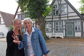 Symbolisch übergibt die scheidende Museumschefin den Schlüssel an ihre Nachfolgerin Annika Preibisch.