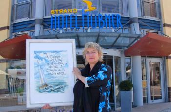 Die wunderbaren Schriftbilder der Rostocker Künstlerin Heidemarie Schuldt-Jahnke sind noch bis Ende September im Foyer des Strand-Hotel Hübner zu sehen.