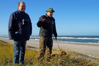 """Der Heideexperte Wilfried Steinmüller (l.) und Forstamtsleiter Jörg Harmuth, hier mit Jagddackel """"Caps von Speyerbach"""" laden am Sonnabend zur ersten Heidewanderung des Jahres."""